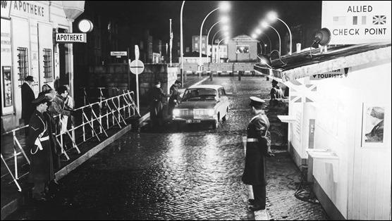 Recreacion en Dublin del paso entre Berlin occidental y oriental