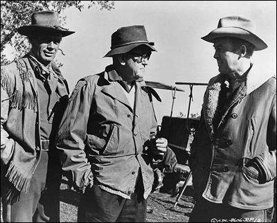 John Ford con los dos protagonistas de Dos cabalgan juntos