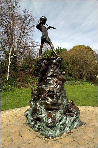 La famosa estatua de Peter Pan en los Jardines de Kensington